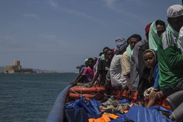 El Dignity I, barco de búsqueda y rescate de Médicos Sin Fronteras en el Mar Mediterráneo, desembarcó 103 personas en Trapani el 9 de julio de 2015. || Anna Surinyach