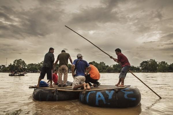 El río Suchiate, en la frontera entre México y Guatemala. Los migrantes centroamericanos cruzan este paso (El Paso del Coyote) en pequeñas embarcaciones. Es el comienzo de su viaje por México. || Anna Surinyach