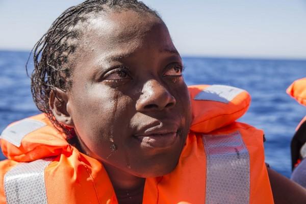 Una mujer de Costa de Marfil llora después de haber sido rescatada por los equipos de búsqueda y rescate de Médicos Sin Fronteras en el Mar Mediterráneo. || Anna Surinyach