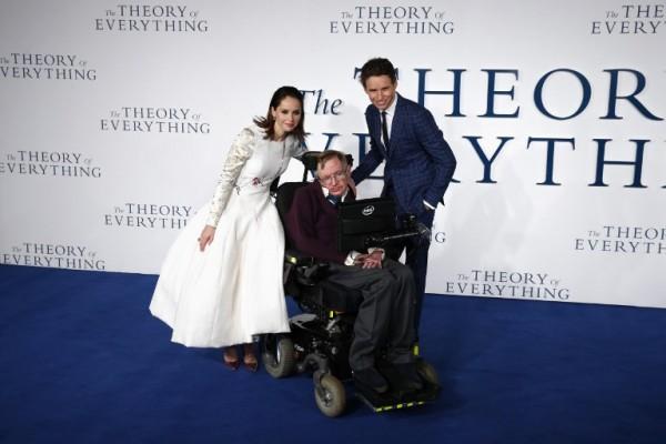 Junto a los actores Felicity Jones y Eddie Redmayne en la presentación de La teoría del todo (AFP)