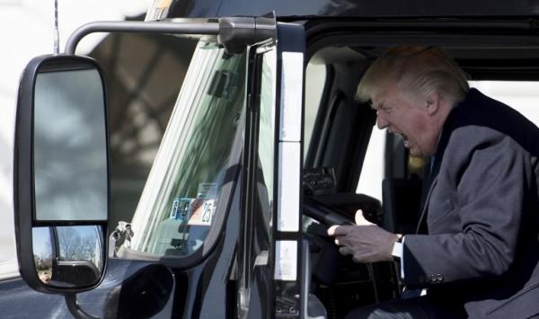 Donald Trump en un camión en la Casa Blanca || AFP