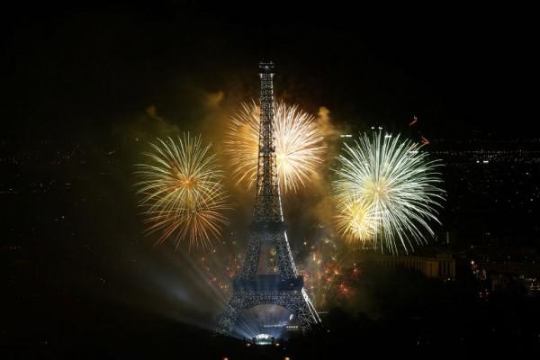 Fuegos artificiales en la Torre Eiffel durante el Día Nacional de Francia || AFP