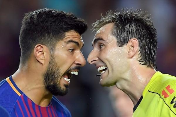 Luis Suárez protesta al árbitro en la Liga Española || AFP