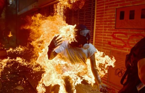 Manifestante venezolano prendido fuego durante protesta contra el gobierno de Nicolás Maduro || AFP