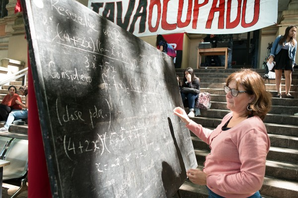 Docentes y estudiantes ocuparon el liceo IAVA por problemas de humedad y derrumbes en el edificio. || Ricardo Antúnez / adhocFOTOS