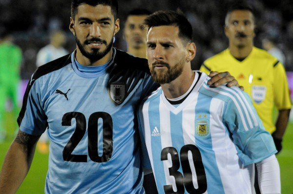Luis Suárez y Lionel Messi previo al Uruguay ante Argentina en el Centenario por las Calsificatorias a Rusia 2018. || Javier Calvelo / adhocFOTOS