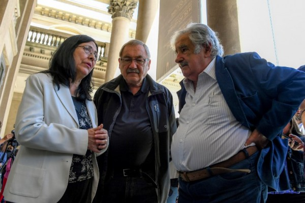 Henry Engler y José Mujica junto a la viuda de Viglietti, Lourdes Villafana.    PABLO PORCIUNCULA / AFP