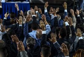 Portal 180 - Maduro encara fuerte presión opositora e internacional entre violentas protestas