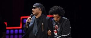 Portal 180 - Stevie Wonder desafió a Trump arrodillándose durante un concierto