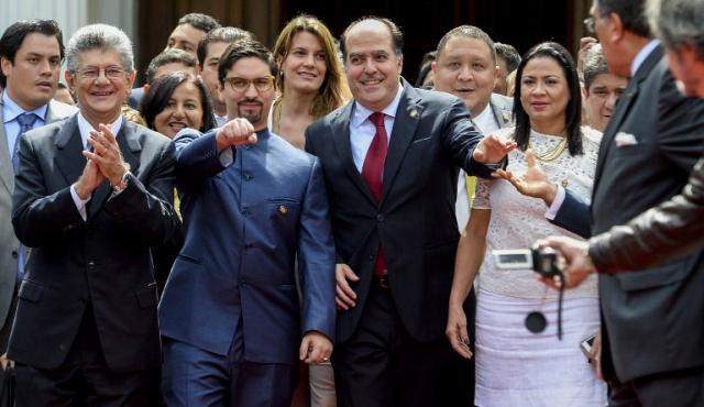 """Oposición venezolana declarará a Maduro en """"abandono de cargo"""" por la crisis"""