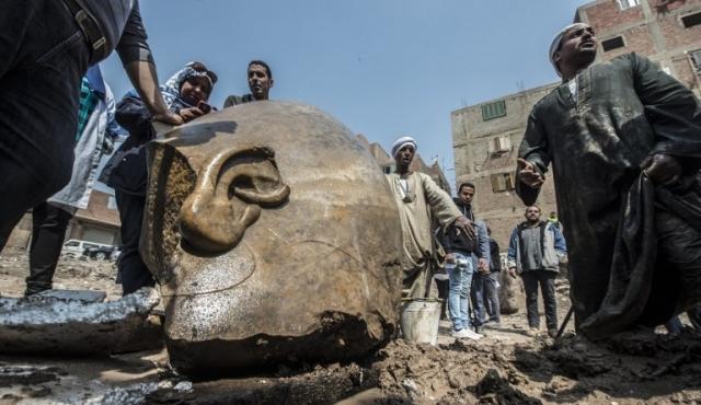 Gigantescas estatuas de faraones halladas en fosa egipcia