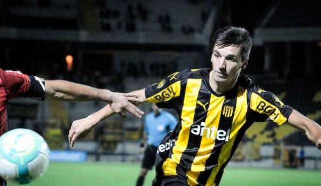 Peñarol sigue en carrera por su rebeldía y el error de un línea