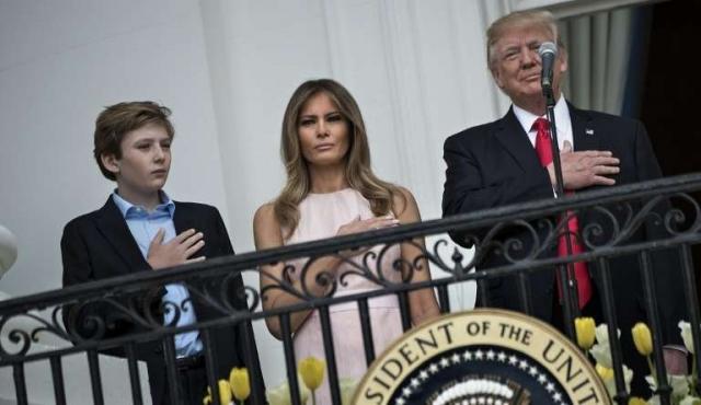 El llamado al orden de Melania a Donald Trump durante el himno de EEUU