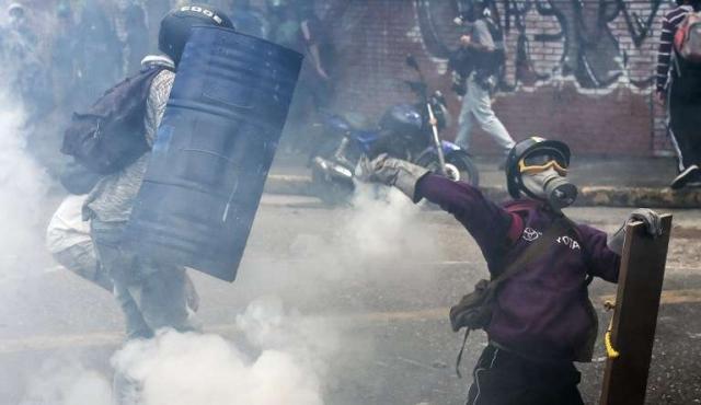 """Maduro convoca constituyente """"popular"""" en medio de cruces de acusaciones de golpismo"""