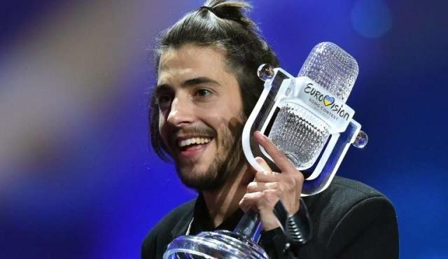 Vive en España, espera un transplante de corazón y le dio el primer Eurovisión a Portugal