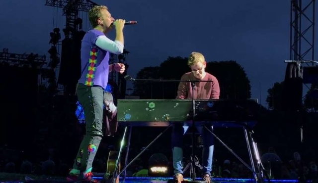 Chris Martin y un joven fan tocaron Everglow ante 70.000 personas