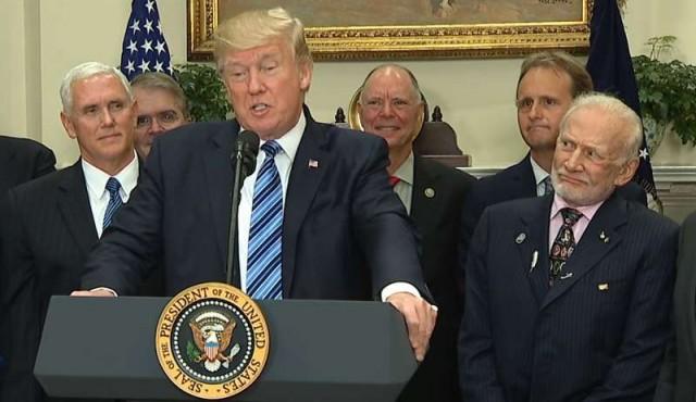 Las caras de Buzz Aldrin durante el discurso de Trump sobre el espacio