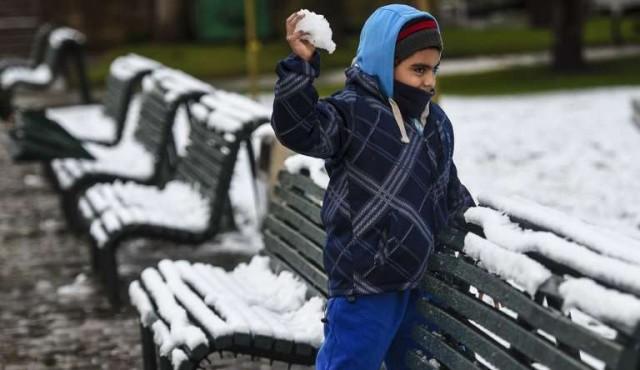 Santiago se tiñe de blanco por nevada que deja un muerto y cortes eléctricos