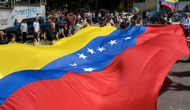 Un muerto y tres heridos en tiroteo durante plebiscito opositor en Venezuela