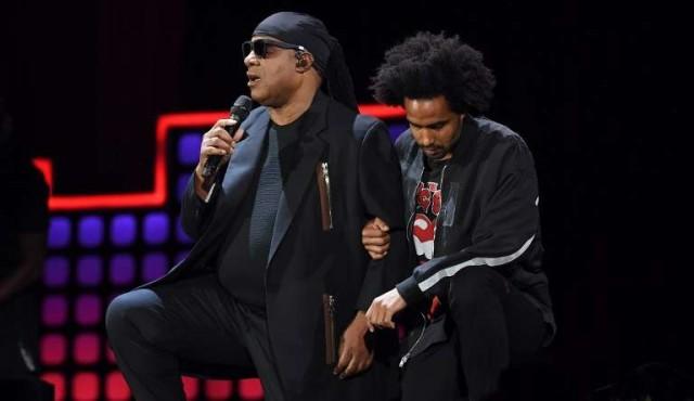 Stevie Wonder desafió a Trump arrodillándose durante un concierto
