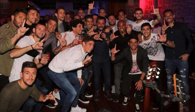 Los jugadores festejaron con Marama y Lucas Sugo