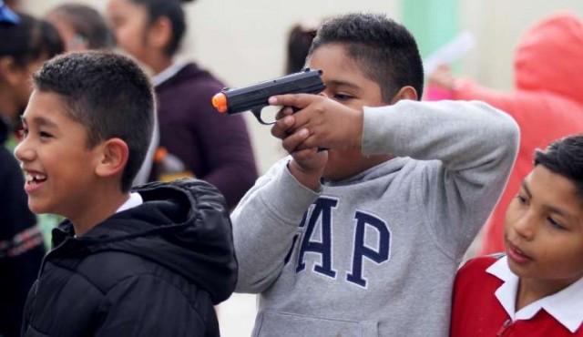 En Ciudad Juárez recolectan juguetes bélicos para promover la paz en México