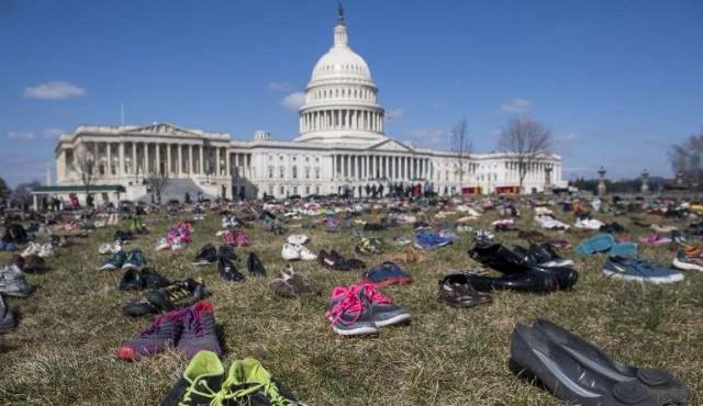 Miles de pares de zapatos rodean al Capitolio por los niños que murieron en tiroteos