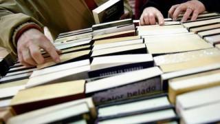 """Lectura en la playa a través de """"bibliotecas solidarias"""" - Audios - DelSol 99.5 FM"""
