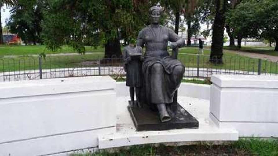 Darwin y el vandalismo al monumento a la maestra - Columna de Darwin - No Toquen Nada | DelSol 99.5 FM
