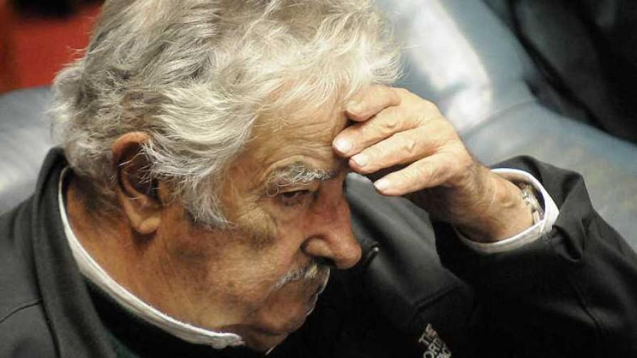 Mujica vio los papeles del título y al cubano con el short en el colchón - Columna de Darwin - No Toquen Nada | DelSol 99.5 FM