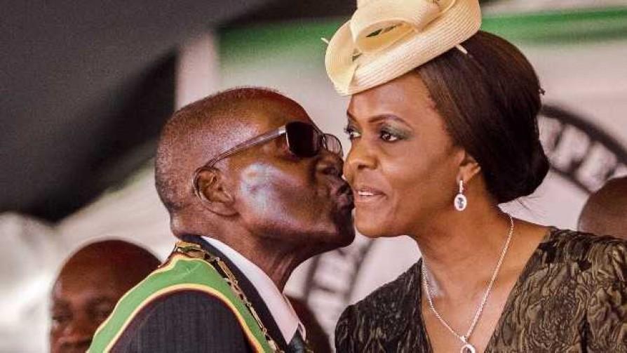 Darwin ama a Gucci Grace, la mujer que lleva de los pañales a Mugabe - Columna de Darwin - No Toquen Nada | DelSol 99.5 FM