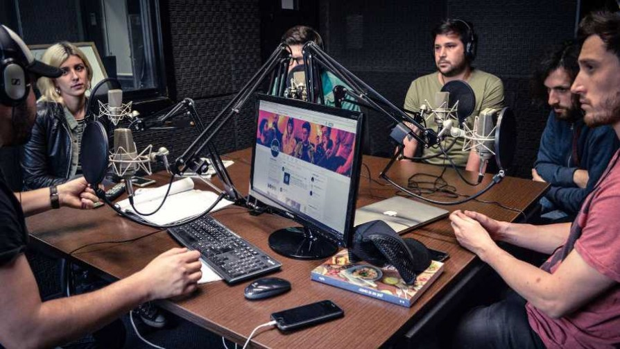 La Mujer Pájaro en Sala Camacuá - Audios - Cambio & Fuera   DelSol 99.5 FM