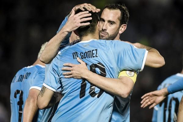 Uruguay enfrentó a Panamá en el Estadio Centenario || Maximiliano Gómez tras su gol para Uruguay junto a Diego Godin ante Panamá en partido amistoo en el Estadio Centenario. || Javier Calvelo/ adhocFOTOS
