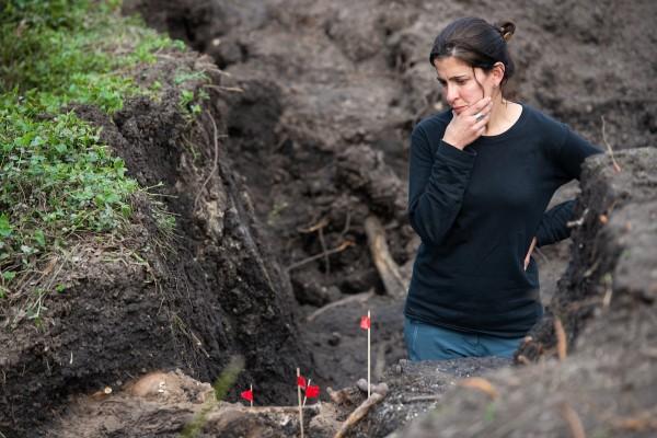 Integrante del Grupo de Investigación de Antropología Forense en las excavaciones en el Servicio de Transporte y Servicio Sanitario del Ejército, ex Batallón 13, donde se encontraron los restos de Eduardo Bleier. || Santiago Mazzarovich / adhocFOTOS