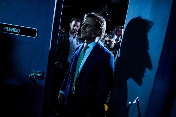 Luis Lacalle Pou al finalizar el debate de candidatos presidenciables hacia el balotaje en estudio 9 en Montevideo. || Javier Calvelo/ adhocFOTOS