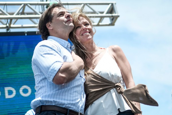 Luis Lacalle Pou y Lorena Ponce de León durante el acto oficial de festejo del triunfo electoral, en la rambla de Pocitos en Montevideo. || Javier Calvelo / adhocFOTOS