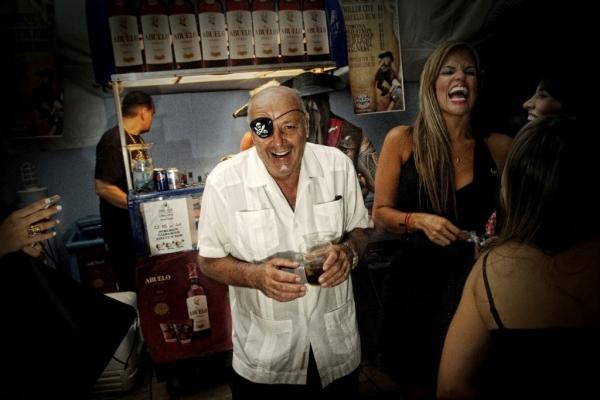 Fiesta en un restaurante de Seven Miles Beach. || ©Federico Estol
