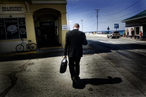 Un ejecutivo camina por Harbour Drive. || ©Federico Estol
