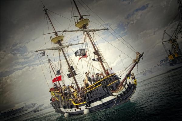 Un barco pirata entra a la bahía de la isla Gran Caimán || ©Federico Estol