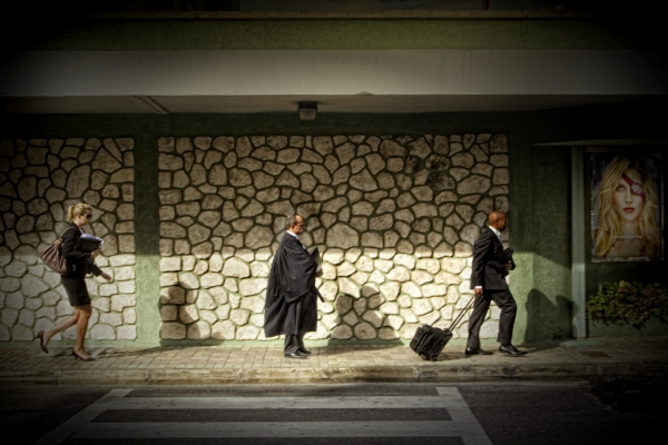 Abogados extranjeros caminan hacia la Corte de Justicia de Islas Caimán || ©Federico Estol