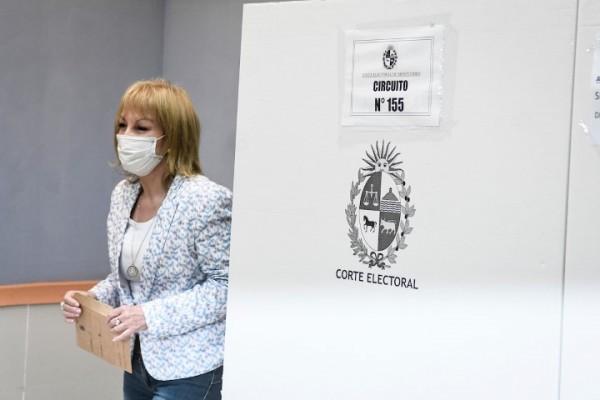 La votación de Carolina Cosse || Javier Calvelo / adhocFOTOS