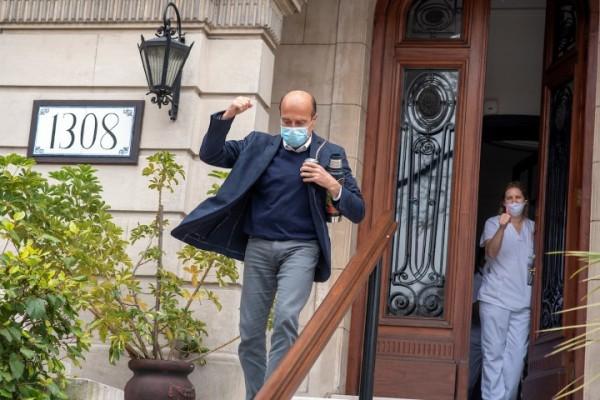 Daniel Martínez a la salida de la visita que realizó a la viuda de Guillermo Chifflet, Julia Amoretti, en un residencial. || Ricardo Antúnez / adhocFOTOS