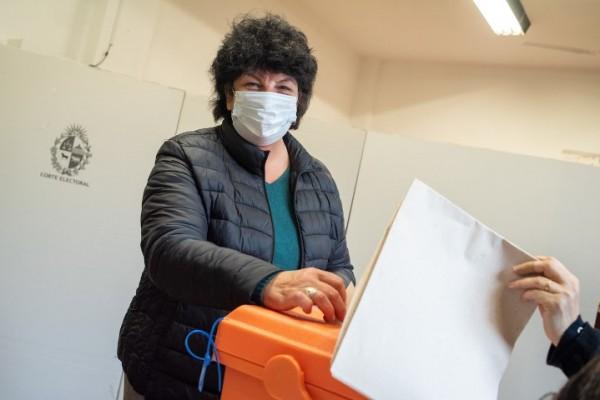 Votación de Ivonne Passada, candidata a alcalde por el Frente Amplio en el Municipio CH. || Ricardo Antúnez / adhocFOTOS