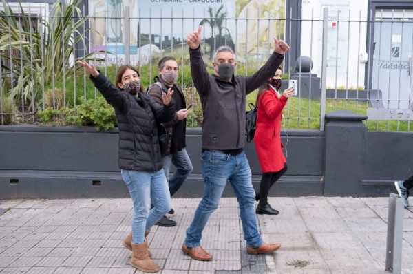 Álvaro Villar durante la caminata para votar, desde su domicilio hasta el colegio Alemán. || Pablo Vignali / adhocFOTOS