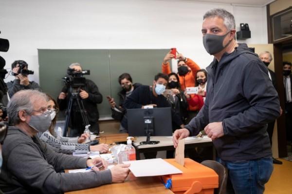 Download Álvaro Villar durante el voto en circuito del Colegio Alemán || Pablo Vignali / adhocFOTOS