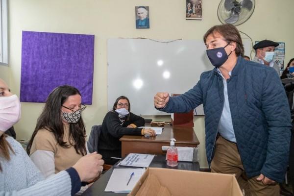 Luis Lacalle Pou votó en el circuito Nº 20 del Liceo Guadalupe en Canelones. || Mauricio Zina / adhocFOTOS