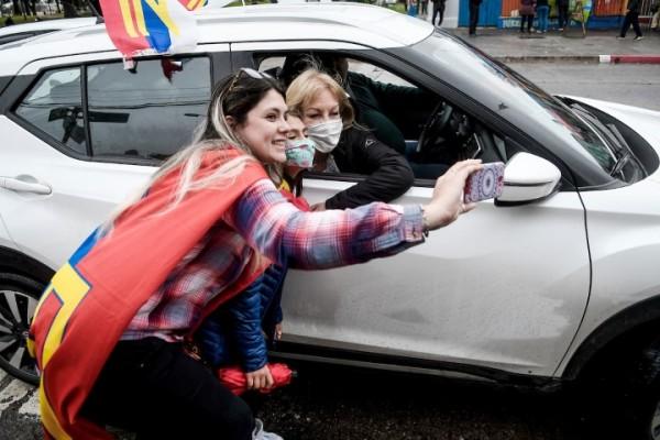 Download Carolina Cosse durante su recorrida en la Plaza Laffone en el barrio La Teja || Javier Calvelo / adhocFOTOS