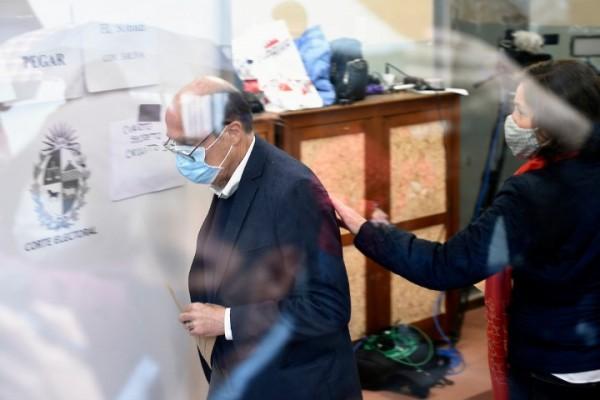 Daniel Martinez, durante el voto en un circuito en el barrio Pocitos de Montevideo. || Daniel Rodriguez / adhocFOTOS