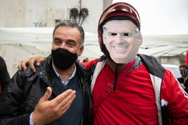 Yamandú Orsi junto a militante del Frente Amplio, luego de votar. || Santiago Mazzarovich / adhocFOTOS