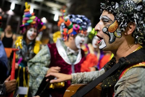 Murga La Mojigata en el desfile (Santiago Mazzarovich / adhocFOTOS.)